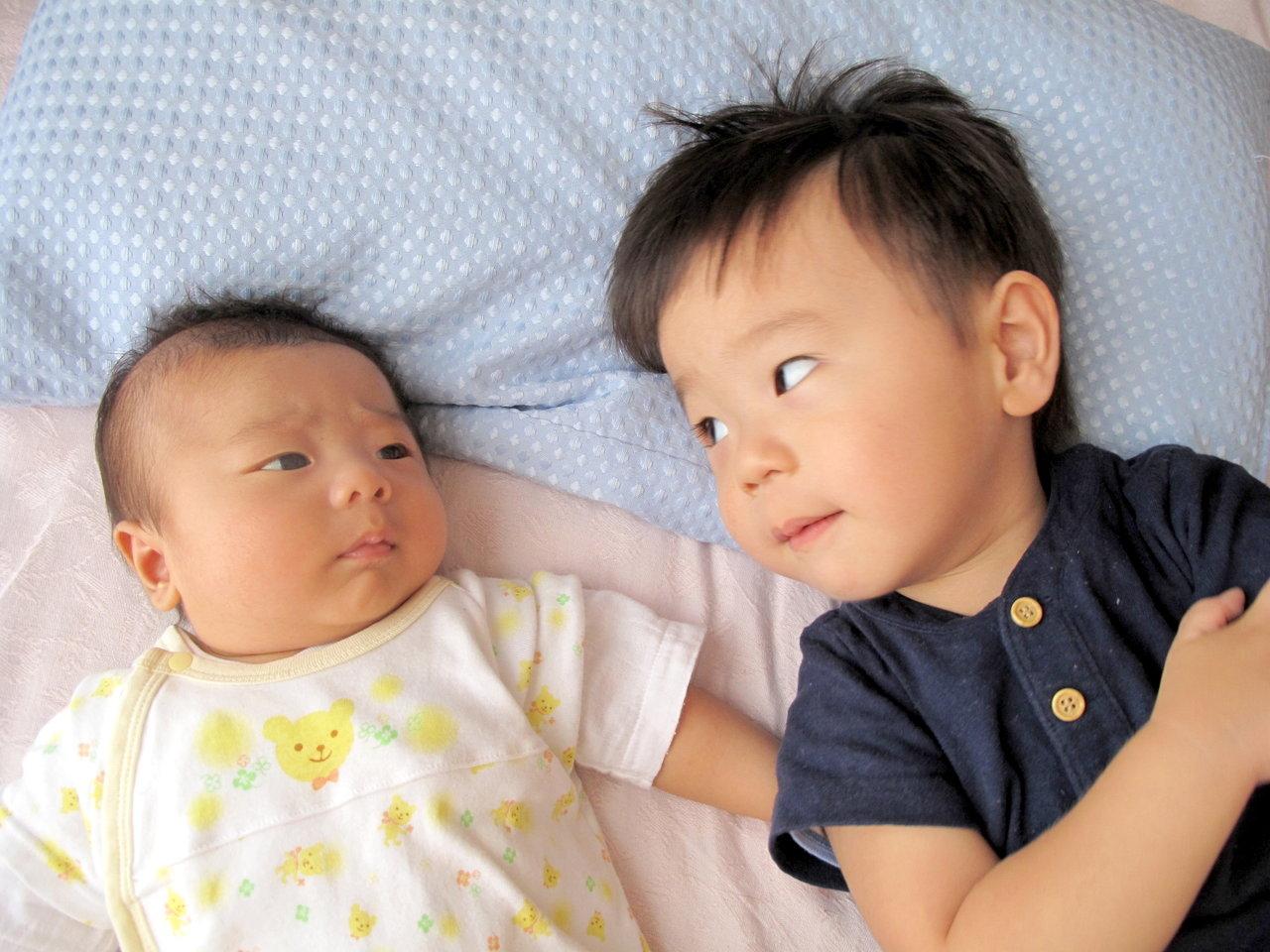 上の子が赤ちゃんに嫉妬するときは?赤ちゃん返りの理由と対応のコツ