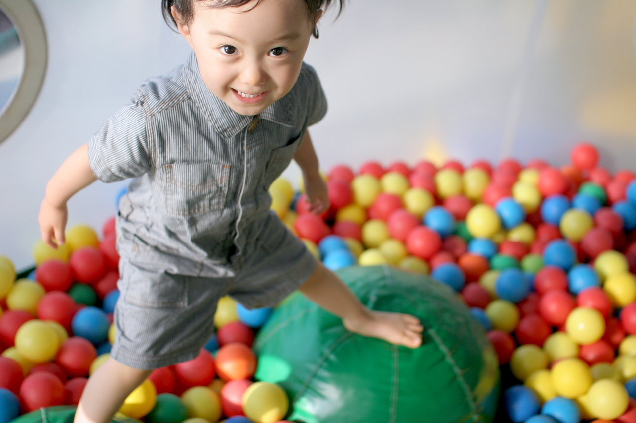 雨の日OKな東京の屋内スポット!子どもの好奇心が育つ遊び場を紹介