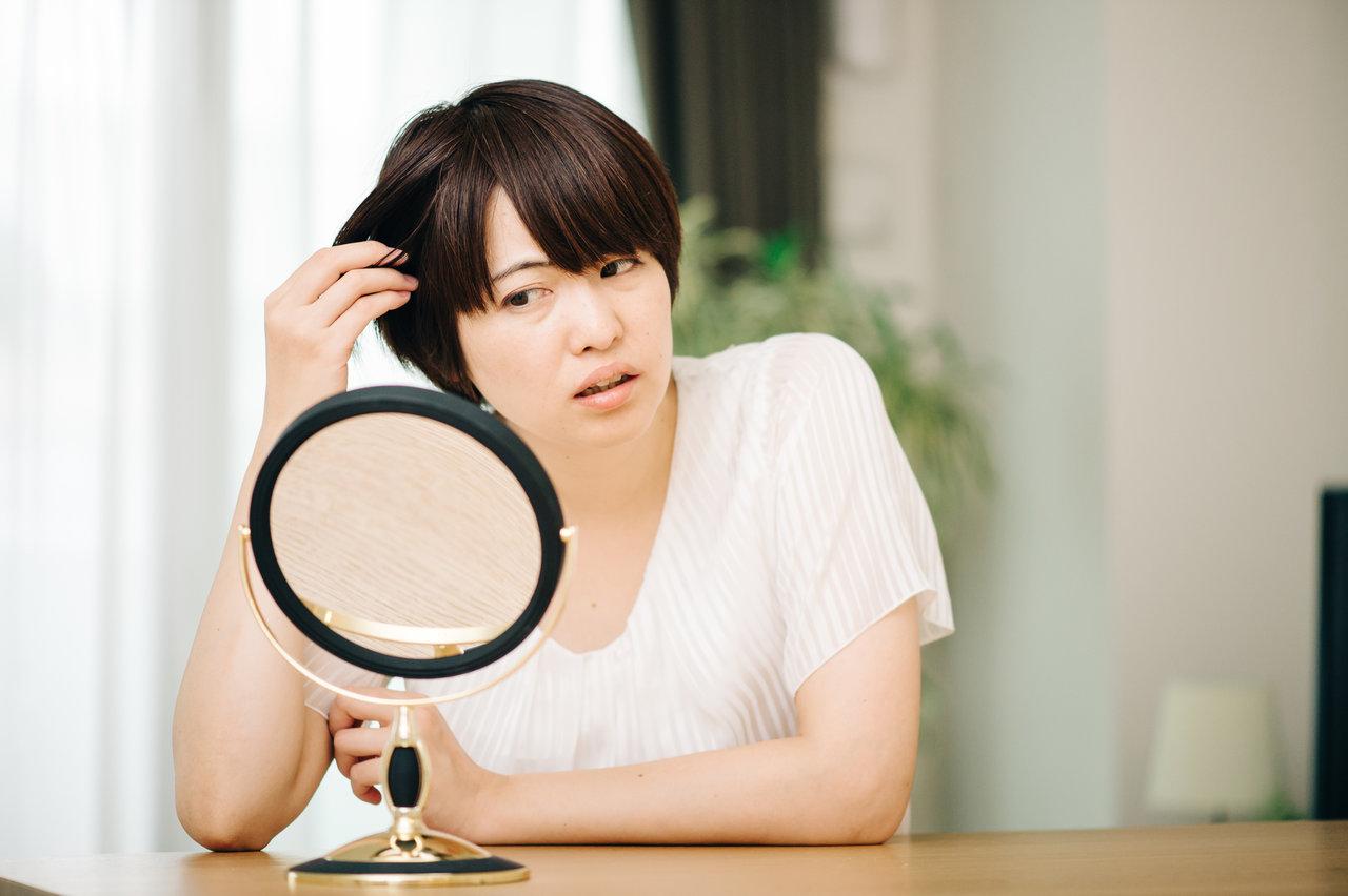 白髪を見つけてショック!気になる噂の真相や効果的な改善方法
