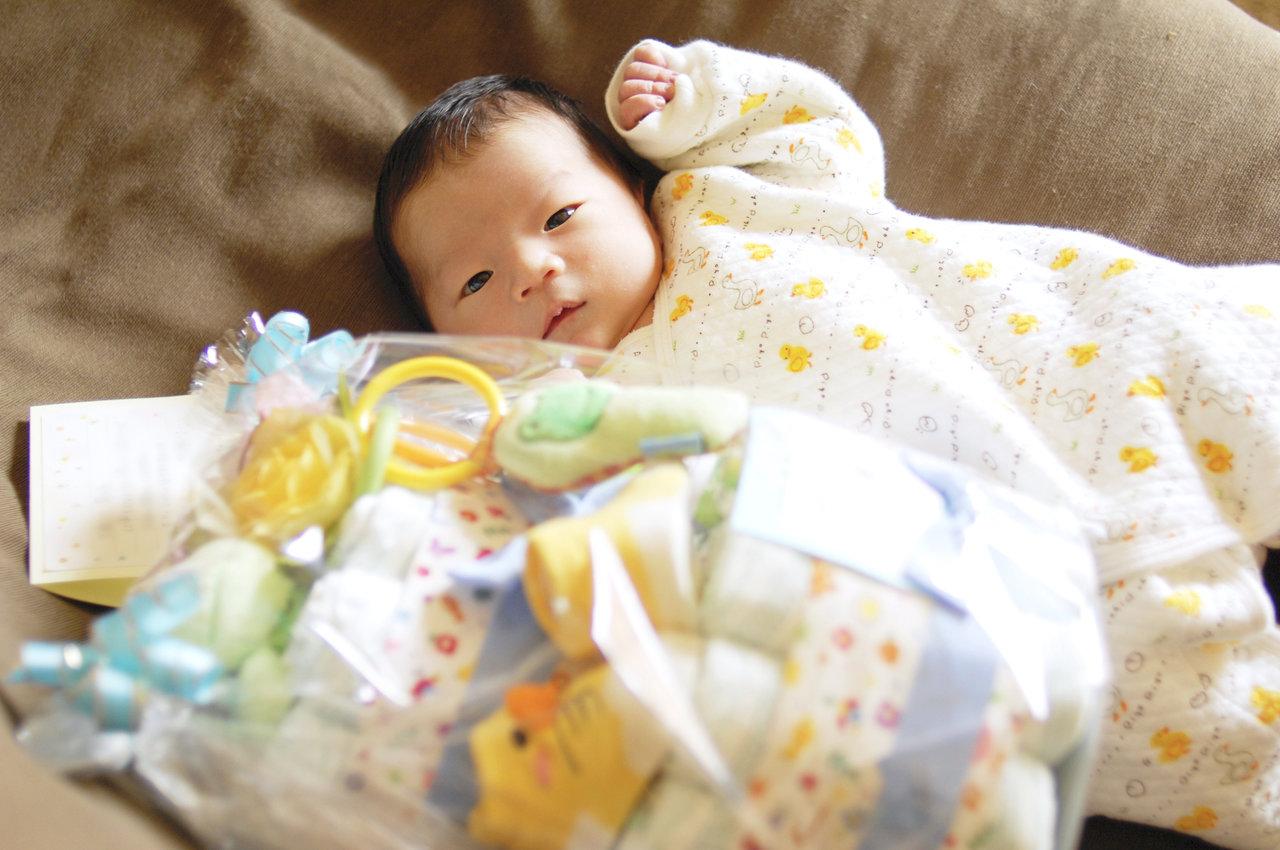 出産祝いを贈る時期や相場は?基本マナーと贈り物のアイデアを紹介