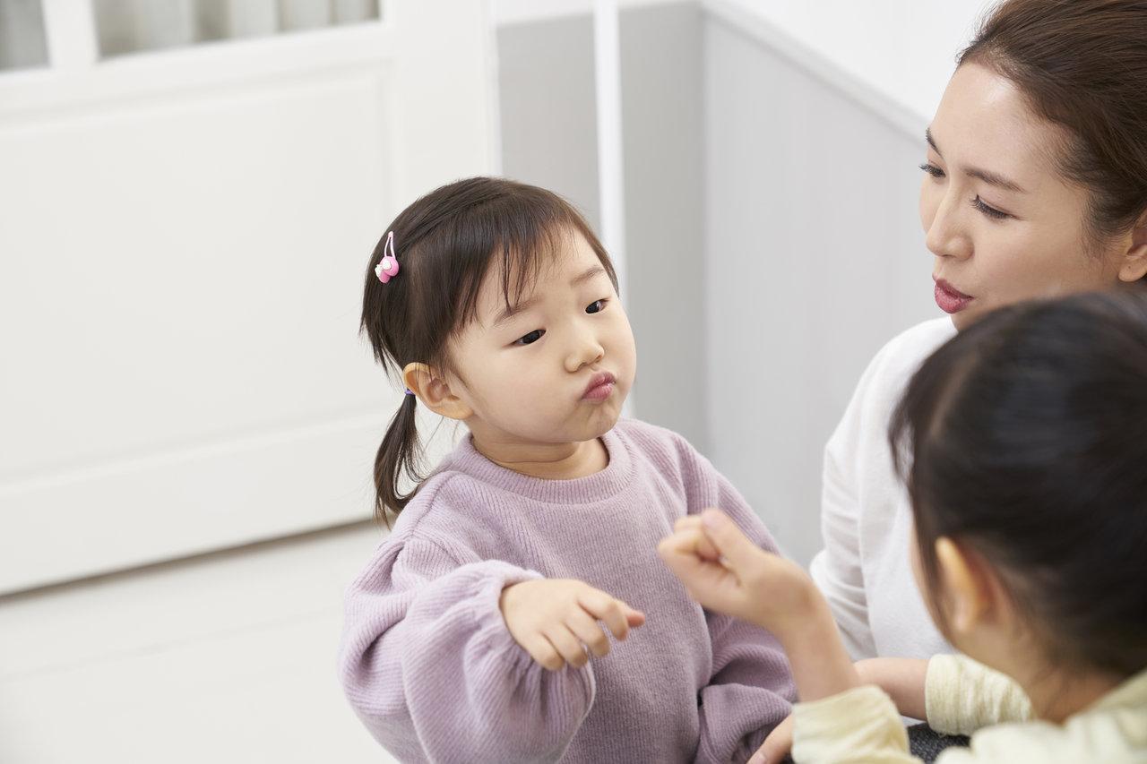 子どもの喧嘩にはいつ介入する?自己防衛でついてしまう嘘への対処法