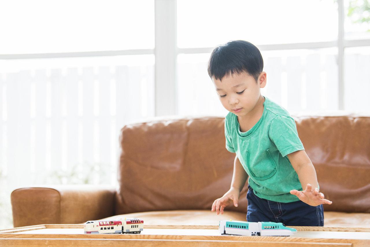 電車好きの子どもは賢いの?男の子脳の特徴や影響と接し方について