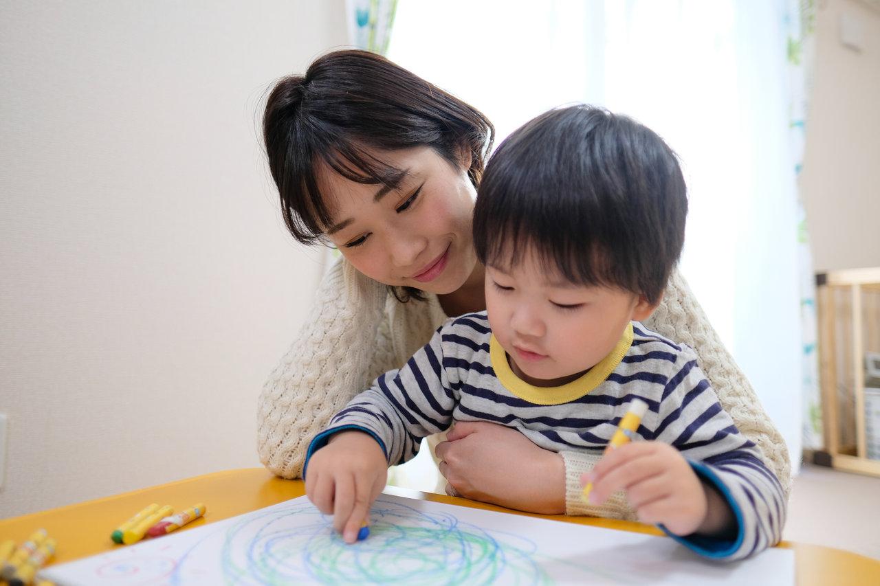 子どもとお絵描きを楽しもう。 必要な準備と紙に描く以外の方法まで