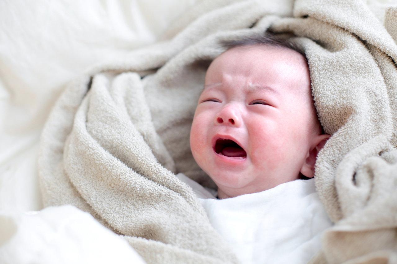 おくるみを嫌がる赤ちゃんの寝かしつけ。心地よく眠れる環境を作ろう