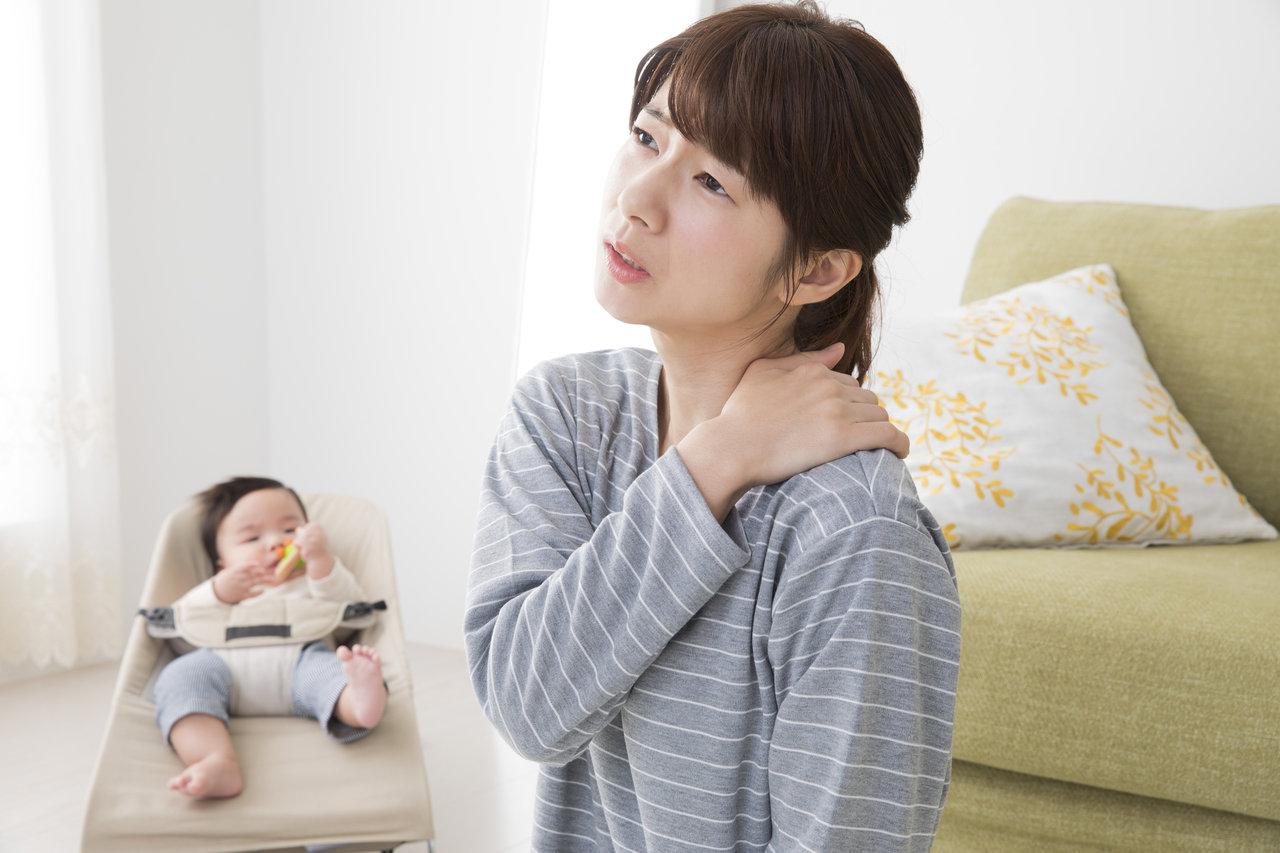 悪い姿勢と肩こりに悩むママ向け!原因と改善法を知って体をラクに