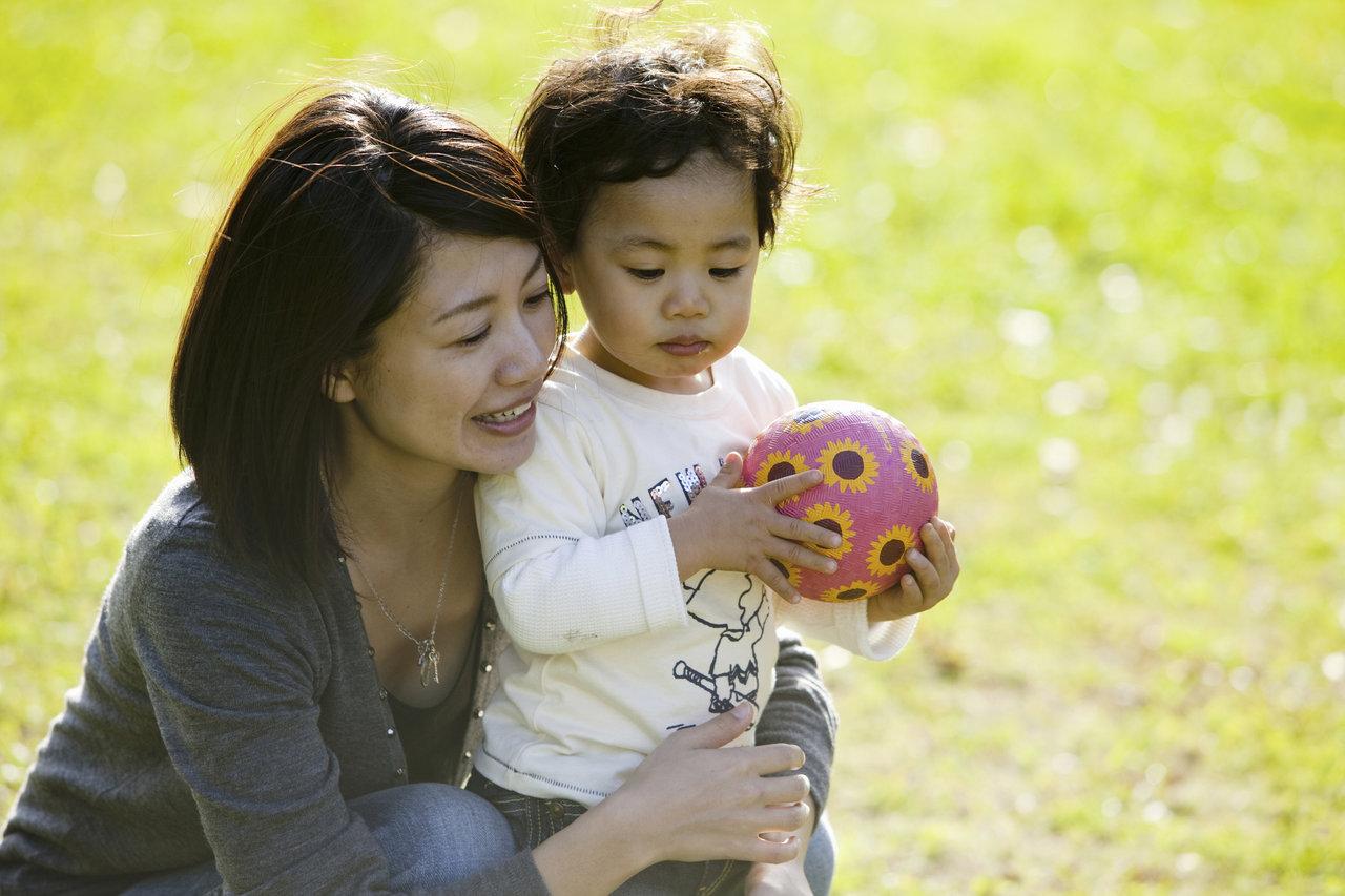 1歳児と楽しくボール遊びをしよう!メリットや様々な楽しみ方を紹介