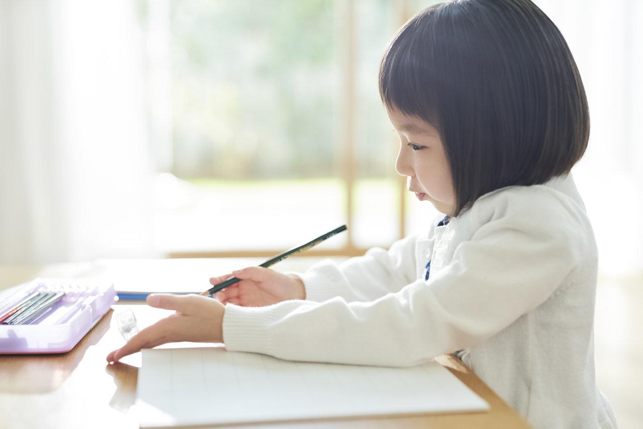 子どもが綺麗な字を書くには?教えるときの注意点やコツについて