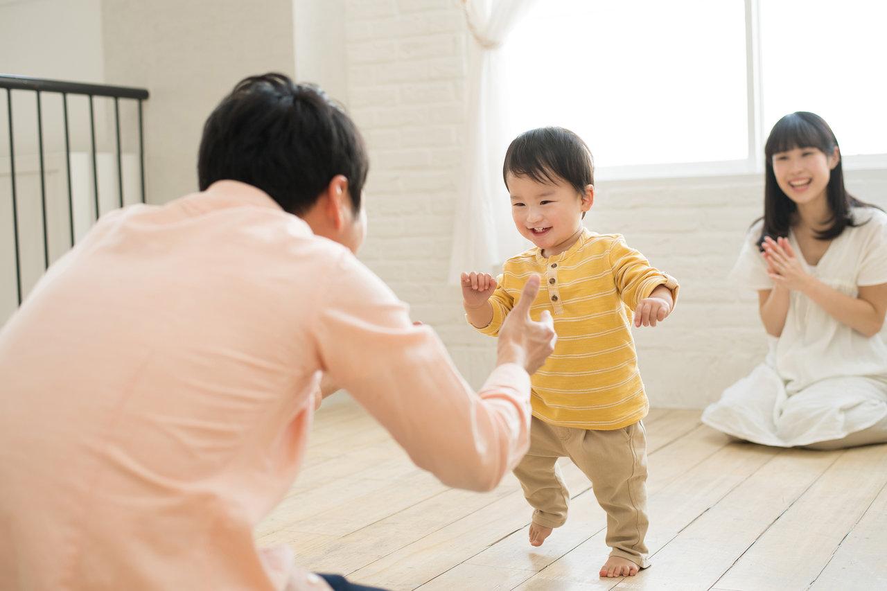 1歳の男の子が歩くのはいつから?安全な部屋作りや靴の準備をしよう