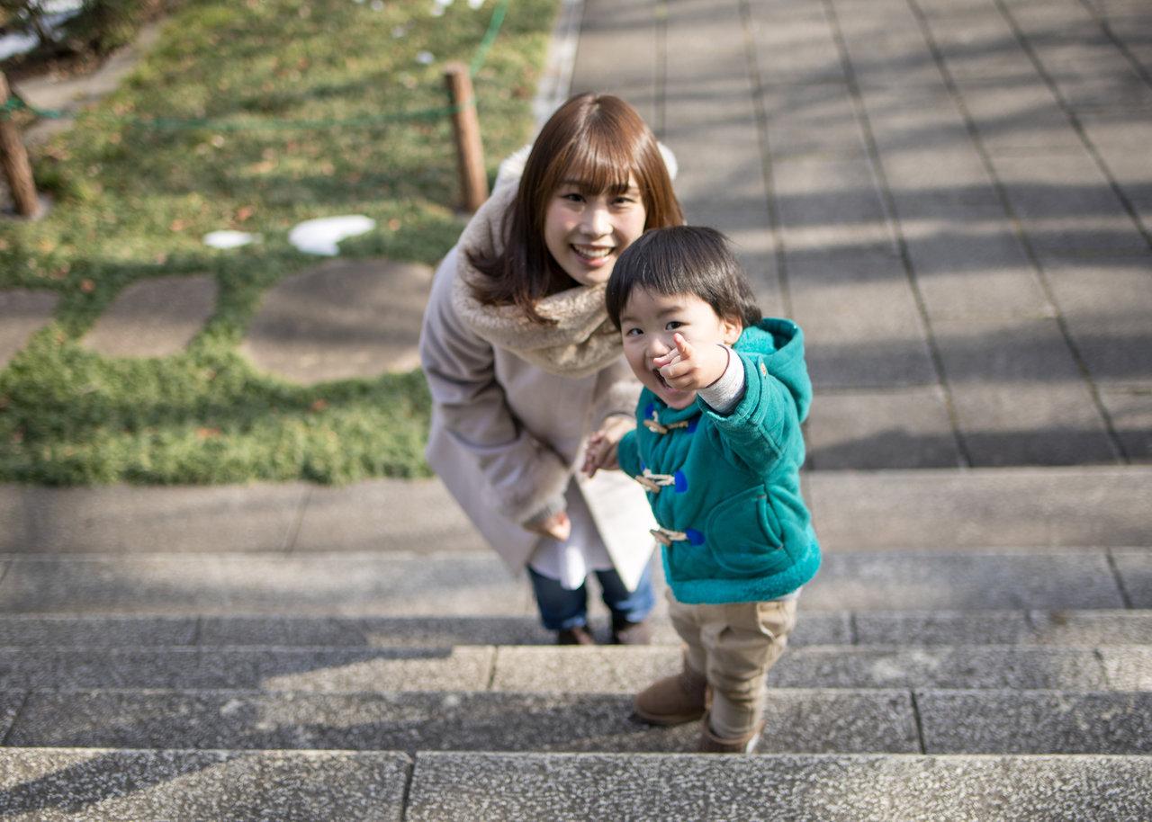 子どもが階段を上るのはいつから?時期や年齢に合わせた安全対策を