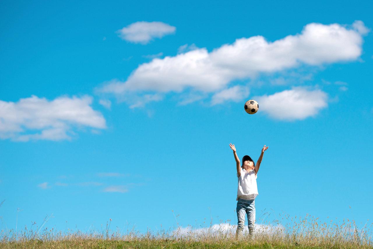ボール遊びの幅が広がる6歳。人気の習い事やアイテムを取り入れよう
