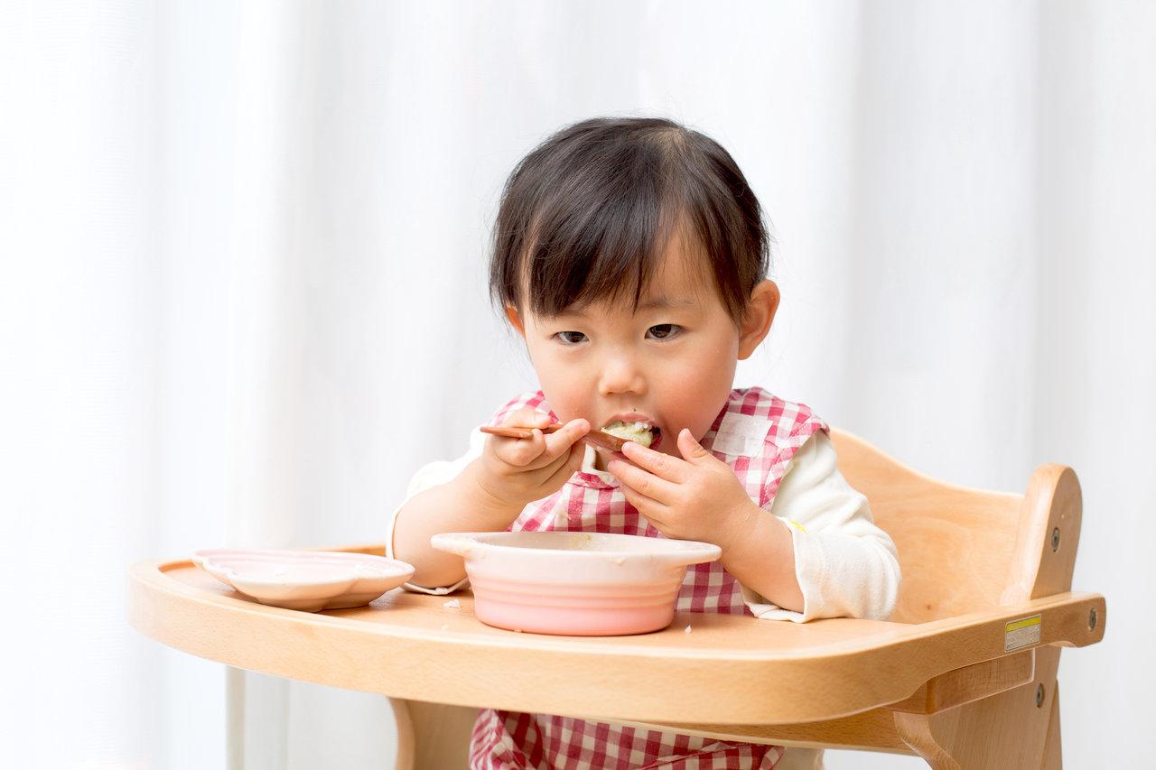 3歳児のスプーンが下手で悩む!持ち方の変化や道具選びのコツは