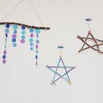 小枝や割りばしで作るおしゃれな壁飾り。星型オブジェと吊るし飾り