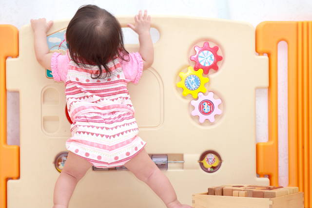 赤ちゃんが立つのはいつ 早い子と遅い子についてや練習方法と注意点 Teniteo テニテオ