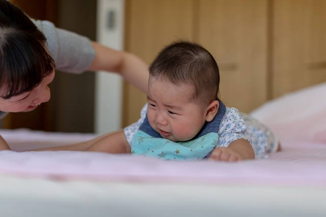 うつ伏せ 泣く 赤ちゃん