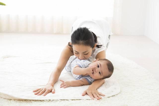 ベビーヨガの効果とは?赤ちゃんと自宅でできるやり方をご紹介! - teniteo[テニテオ]