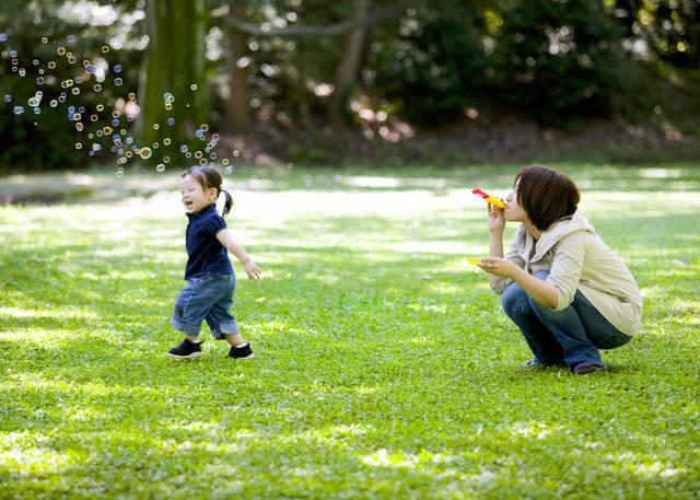 1歳で公園デビューを成功させよう!準備したいものや1歳児の遊び方 - teniteo[テニテオ]