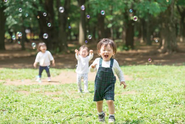 赤ちゃんとシャボン玉で遊ぼう!始める時期や年齢別の遊び方 - teniteo[テニテオ]
