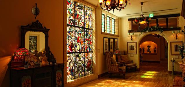 伊豆高原ステンドグラス美術館 | 光・香・美・音・風を五感で楽しめるアンティークステンドグラス美術館