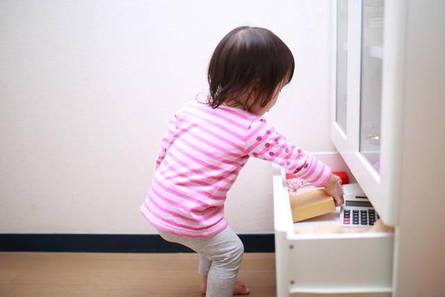 赤ちゃんのイタズラとどう付き合う?理由や対策と役立つアイテム - teniteo[テニテオ]