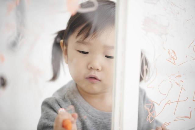 子どもの落書きとどう付き合う?対策や落書きしたくなるアイテム - teniteo[テニテオ]