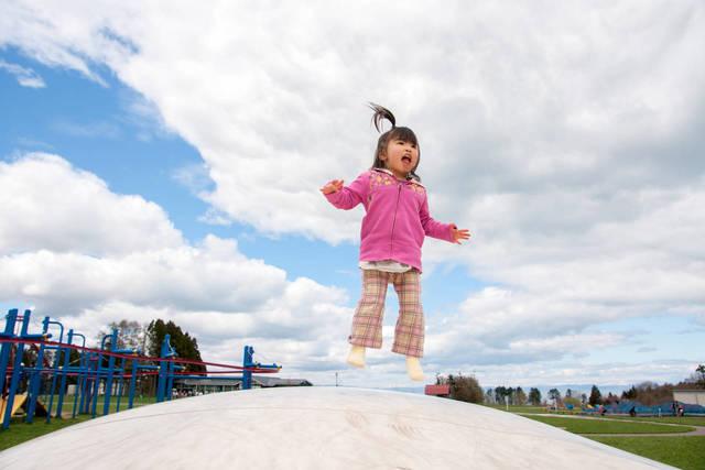 子どもがジャンプをする年齢はいつ?練習方法や楽しめるグッズを紹介 - teniteo[テニテオ]