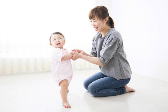 赤ちゃんが立つのはいつ?早い子と遅い子についてや練習方法と注意点 - teniteo[テニテオ]