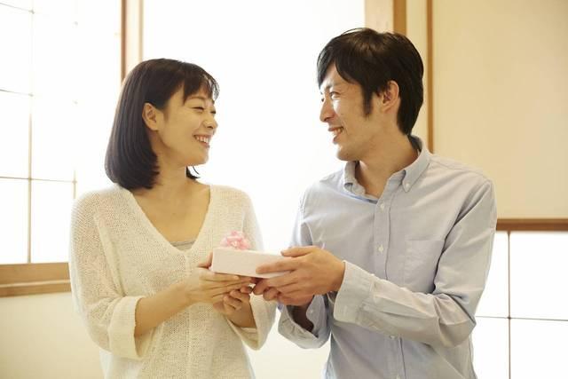 プレゼントで祝う夫婦の結婚記念日!喜ばれるプレゼントと渡し方とは - teniteo[テニテオ]
