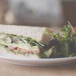 野菜がたくさん食べられるアボカドサンドイッチ〜バジルソース〜