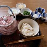 だし汁でするするとどうぞ。江戸時代から食べられていた、チキンライス