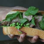 枝豆サラダにすっきりミント、メインのお肉は厚切りで!!かぶりつきたいジューシーサンド