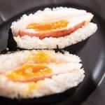 朝食の定番ハムエッグでおにぎらず!30秒でわかる「ハムエッグおにぎらず」レシピ