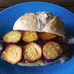 脂ののったサンマとさつまいも!秋の味覚をふんだんに使った絶品サンドイッチ