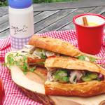 ピクニックで食べたいみずみずしいぶどうとチキンのサラダのようなサンドイッチ!