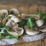 フレッシュな野菜を大好きなパンにのせるだけで作れちゃう!マッシュルームのビューティーサンド