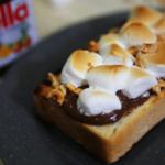 アウトドアの定番デザート!?マシュマロとNutellaのスモアトースト