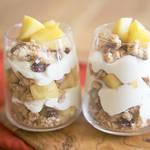フルーツやクリーム、好きなものを重ねて作るりんごとグルテンフリーグラノーラのトライフル!