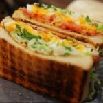 カリカリベーコンと卵とキャベツのシーザーサンドのつくり方