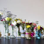 キッチンやダイニングテーブルに花を飾って彩りを!簡単フラワーアレンジのヒント