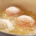 お腹いっぱいになる満足おかず、とろっと半熟卵がとけだすスコッチエッグ♪