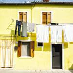 天気の悪い日も早く乾いてほしい!室内でも洗濯物が早く乾く干し方のコツ