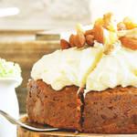 ホワイトチョコレートやクリームチーズのクリームを山盛りにのせたしっとりキャロットケーキ