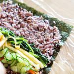 野菜をたっぷり食べれる、ごま油のきいた韓国海苔巻きキンパ。