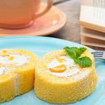 ココナッツの香りがするしっとりふわふわ♡夏のフルーツロールケーキ!