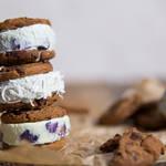 チョコチップクッキーに分厚いアイスをたっぷり挟んだ♡贅沢アイスサンド