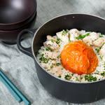 ココット鍋でつくる!野菜とササミの旨味が詰まった丸ごとトマトご飯