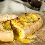 パンの中には具材がたっぷり!!卵がとろっと溢れ出るカルボナーラ味のボートブレッド♪