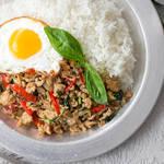 とろ〜り半熟卵とナンプラーが食欲を刺激する!タイの定番料理「ガパオライス」