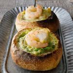 小さなフランスパンに相性抜群のえび&アボカドを入れた、絶品おかずパン!!