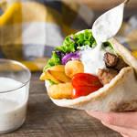 お肉をスパイスでしっかり味付け!ギリシャ風ラム肉のピタパンロール