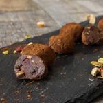 チョコレートにアールグレーがほのかに香るナッツ&クランベリーのトリュフ♡